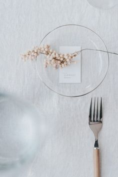 a simple, modern and chic wedding table decoration with a beautiful transparent plate and a silver fork with wooden details, a minimal menu card is the perfect addition to this table decoration Minimal Wedding, Chic Wedding, Trendy Wedding, Wedding Place Settings, Wedding Table Cards, Table Setting Wedding, Table Setting Inspiration, Simple Weddings, Dinner Table