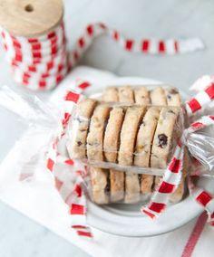 シート状のセロファンを使って、リボンでキャンディ包みをしたラッピング。中のクッキーやリボンの種類で雰囲気もまったく異なります。こんなに可愛いのに簡単なので、パーティーの手土産などにも最適♪