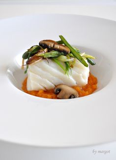 Cod at low temperature, on a bed of mashed potato and vegetables. Ingredients for two: 2 cod loins nose 6 mushrooms portobelo French beans 6 garlic sweet potato oil salt Cod Recipes, Fish Recipes, Asian Recipes, Cooking Recipes, Healthy Recipes, Food Plating Techniques, Sous Vide, Mets, Restaurant Recipes