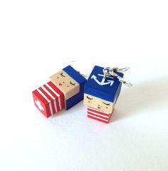 Boucles d'oreilles poupées cubiques MADAMMAG bleues et rouges rayées ancre marine. : Boucles d'oreille par madammag