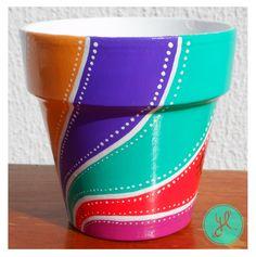 Maceta Psicodélica Zen. Y Luciana. Mosaic Flower Pots, Clay Flower Pots, Flower Pot Crafts, Clay Pot Crafts, Clay Pots, Painted Plant Pots, Painted Flower Pots, Zen Colors, Decorated Flower Pots