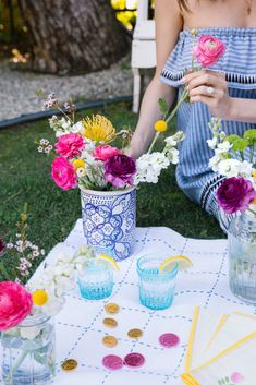 What's more English than a tea party, with Earl Grey blueberry muffins I might add?! Today I'm showing you how to make these yummy treats, plus the prettiest Spring floral arrangements for your Easter celebrations this weekend: https://frontroe.co/2IZVwoV