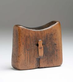 Headrests Sidamo, Ethiopia - It is carved from a block of wood . African Masks, African Art, African Furniture, African Home Decor, Art Premier, African Fabric, Tribal Art, Wood Art, Fabric Design