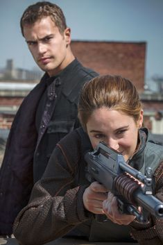 Shailene Woodley & Theo James: New 'Divergent' Stills!: Photo Check out Shailene Woodley and Theo James in these brand new images from their upcoming flick Divergent! Also featured in stills from the highly anticipated movie… Divergent Tris, Divergent Movie Stills, Tris Y Tobias, Divergent 2014, Watch Divergent, Four From Divergent, Divergent Funny, Tfios, Veronica Roth