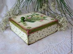 Шкатулка `Полевые цветы`. Шкатулка для хранения разной всячины.Можно положить и документы, можно нитки и ленточки.Выполнена в технике декупаж, состарена.