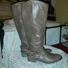 Women's Shoe dazzle boots. Women's Shoe dazzle boots.  Light brown.  Size 7.5. Worn maybe 2-3 times.  Like new condition. Second pic is a truer picture of the color. Shoe Dazzle Shoes Over the Knee Boots
