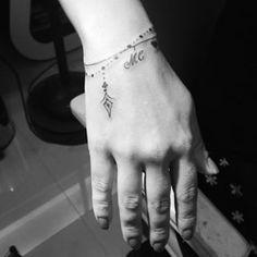 Tatouage Bracelet Plume Pendentif Poignet Femme Tattoos That I