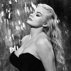 Federico Fellini  Aux côtés de Bergman et de Woody Allen, Federico Fellini figure parmi les grands artistes du cinéma moderne. Monde de l'imaginaire, du fantasme, histoire italienne, histoire antique, le natif de Rimini brasse dans son oeuvre un cortège de signes produisant un cinéma fort, à double lecture.