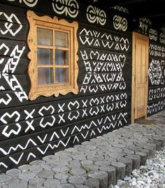 Čičmany is a village in the Žilina District of northern Slovakia. It is the first folk architecture reserve in the world. Bratislava, Heart Of Europe, Arte Popular, Central Europe, Eastern Europe, House Painting, Architecture Details, Beautiful Places, Beautiful Wall