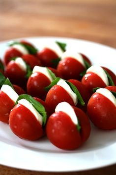 Cherry tomato stuffed with mozzarella slice & basil Mit Mozzarellascheibe & Basilikum gefüllte Kirschtomate Healthy Snacks, Healthy Recipes, Meat Recipes, Good Food, Yummy Food, Snacks Für Party, Food Platters, Appetisers, Creative Food