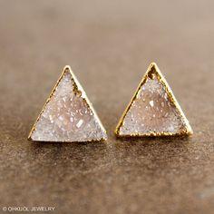 Here is a pair of beautiful and versatile vanilla agate druzy quartz pyramid…