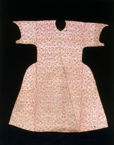 """Child's kaftan of silk brocade, Turkey (Bursa or Istanbul), century """"Kaftans like this one were worn by Ottoman princes who died when they were children. Woven of silk and metal-wrapped thread,. Historical Costume, Historical Clothing, Renaissance Clothing, Middle Eastern Clothing, 16th Century Clothing, Empire Ottoman, Clothing And Textile, Gypsy Clothing, Turkish Fashion"""