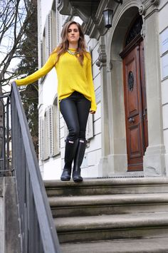 Outfit Style, Fashion, Streetstyle, Casual-Chic, cool look, Outfit of the day, ootd, fall look, style for fall, color, yellow, wellies, leather leggings, hunter