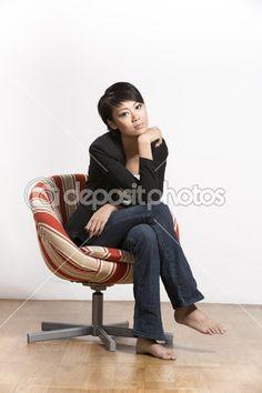 Девушка в галстуке голая на стуле верхом фото 496-314