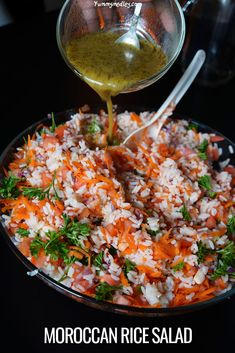 This colorful moroccan rice salad packs a punch with unbelievably delicious, savory flavors that taste better than your average salad and is just as healthy Healthy Menu, Healthy Salad Recipes, Real Food Recipes, Vegetarian Recipes, Rice Recipes, Moroccan Rice, Moroccan Kitchen, Moroccan Dishes, Macedonian Food
