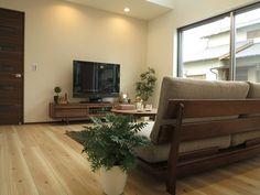 ナチュラル色の床にウォールナット材の家具でコーディネート 床の色よりドアの色に家具を合せたコーディネート事例
