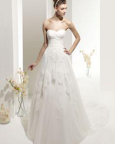 ZEUS - Vestido de encaje con pedrería y tul de seda en color natural.71T91 Diadema Nancy con pedrería en color natural.