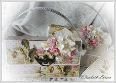 Lisens blogg: Tutorial på veskekortet mitt! Mittens, Floral Wreath, Tutorials, Wreaths, Decor, Fingerless Mitts, Floral Crown, Decoration, Door Wreaths
