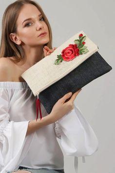 Chiccy Women 's Red Romantic Rose Gefaltete Clutch Diy Bags Jeans, Diy Bags Purses, Beste Leggings, Sacs Tote Bags, Embroidery Bags, Jute Bags, Boho Bags, Craft Bags, Denim Bag