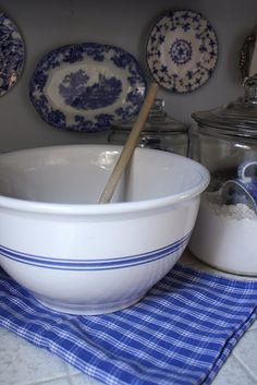 My Romantic Home: Shopping, thrift store style! I have a set of three of these mixing bowls. They are heavy! Blue Dishes, White Dishes, White Plates, Blue And White China, Love Blue, Color Blue, Vibeke Design, Vintage Dishes, Vintage Kitchen