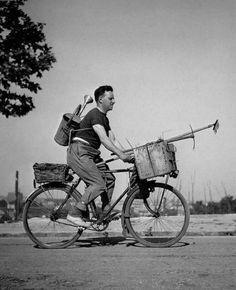 Robert Doisneau :: Le roi soleil à bicyclette, 1949  more [+] by this photographer