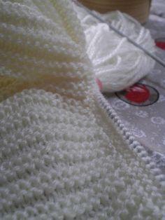 Tricot Layette – Brassière pour un ange Elle se fait en deux parties, le bas de façon longitudinale et la partie plastron en rond. 2 pelotes de laine layette suffisent Aiguilles n°2,5 (ou aiguille …