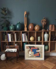 L'image contient peut-être : intérieur Frank Sinatra Christmas, Interior And Exterior, Interior Design, Retro Home, Midcentury Modern, House Warming, Bookcase, Shelves, Living Room