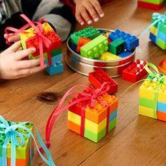 Dá para comprar uns conjuntos com várias peças e depois desmembrar em quantidades menores, que serão dadas como lembrancinhas. Achei muito fofo dá-las montadas, num formato quadradinho, e passar um fica em volta, fechando em um laço. Dá bem uma carinha de presente às pecinhas. Perfeita para festa tema Lego, mas pode ser usada em qualquer uma (principalmente se você colocar uma tag de agradecimento com alguma impressão do tema da festa).