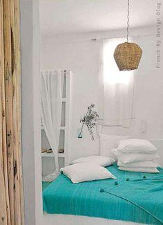 Dormitorio blanco y turquesa