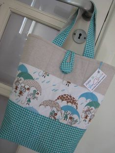 Essa é minha. Pra combinar com minhas capas e carregar minhas coisinhas pra reunião da igreja. :) Amo esse tecido importado de meninas de guarda-chuva!  Contato: vitacolorita@gmail.com
