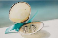 Alianças de casamento em concha com fita de cetim azul. Foto: Renata Xavier