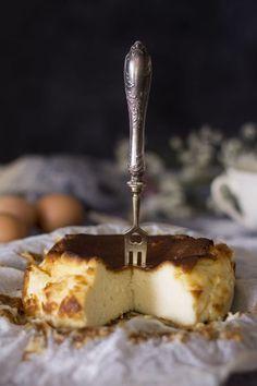 """Si hay una tarta de queso que todo el mundo quiere hacer y probar, sin duda es la tarta de queso estilo """"la Viña"""", y no podía faltar en mi blog. ¡Verás qué fácil y qué rica!"""