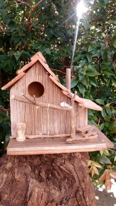 Madeira de demolição. Cool Bird Houses, Fairy Houses, Bird House Feeder, Bird Feeders, Homemade Bird Houses, Bird House Plans, Wood Bird, Nesting Boxes, House In The Woods