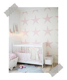 Habitaciones para niñas: paredes pintadas con stencil de estrellas rosas