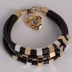 (00720-0) Pulseira de couro e pingentes folheados em ouro e prata  Tamanho: 15 cm, com extensor de 5 cm R$ 62,00