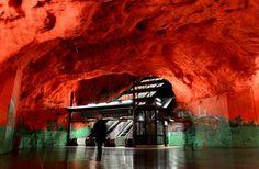 estacion del metro en estocolmo con el techo rojo