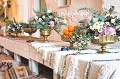 Amsicora - centrotavola con alzatine dorate bohémienne con fiori e frutta - vintage rustic boho table with wild flowers and fruit, colorful wedding decoration