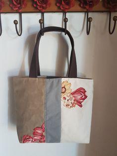 Bolsa de lona feminina Flor Sutil.. Forrada, com bolso interno e fechamento com ziper. ideal para livros e compras. Cores neutras. Para toda hora. Prática e bonita. profesoras adoram