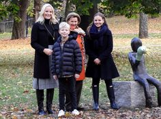 19 October 2017 - Queen Sonja, Crown Princess Mette-Marit and Princess Ingrid Alexandra attend the unveiling of two new sculptures at the Princess Ingrid Alexandra Sculpture Park (Palace Park) in Oslo Norwegian Royalty, Kristiansand, Three Kids, Persona, Norway, Sculptures, Winter Jackets, Crown, Queen