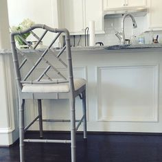 These @ballarddesigns counter stools have been on my wish list for years and they finally arrived! Love how the open backs work with our kitchen island! Happy Sunday!