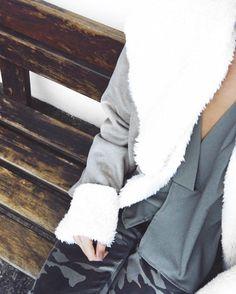 d e t a i l s .  #crieiusei #dreammakeithappen #shopnow #newin #carolfarina shopcarolfarina.com.br/ ( blusa @shopcarolfarina casaco vovó @lucia_cavagna e calça zara ! )