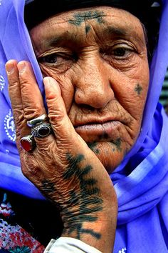 Portraits Detail the Fading Tradition of Deq Tattoos We Are The World, People Of The World, Et Tattoo, Facial Tattoos, Human Body Art, Tribal People, Natural Face, Portraits, Body Modifications
