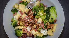 Slaatje van broccoli, veldsla, appel, spekjes en feta