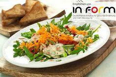 Möhrensalat mit tomate-joghurt-dressing und sonnenblumenkerne