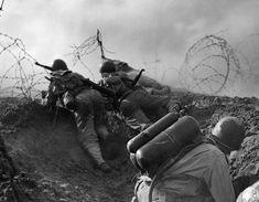 https://flic.kr/p/WZ7DKY | 1944, Des soldats US ouvrent une brèche dans des barbelés. Au premier plan un lance-flammes M1A1 | Photo Rodger Hamilton