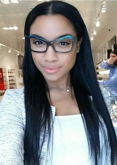monture lunettes femme formes quasi triangulaires bleu foncé