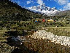 Peru: Taulliraju, Wie fast alle Schneeberge der peruanischen Cordillera Blanca liegt auch der 5830 Meter hohe Taulliraju im Huascarán-Nationalpark. Er ist ein anspruchsvoller Gipfel, auch für erfahrene Bergsteiger. Vom Nationalpark aus, kann man nicht nur ihn bewundern, sondern auch die Klimaerwärmung. Die Schneebedeckung geht hier seit Ende der 1980er Jahre stark zurück