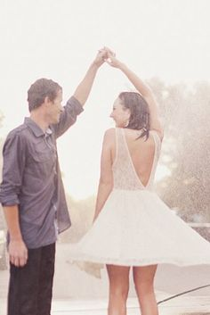 You just gotta dance it out… | 24 Couples Who Absolutely Nailed Their Rainy Day Wedding