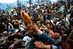 Frantic Kurdish refugees struggle for a loaf of bread during a humanitarian aid distribution at the Iraqi-Turkish border, April Yannis Behrakis. Reuters 30 Years of Pictures – Fubiz™ John Kennedy, National Geographic, Economic Events, Refugee Crisis, Syrian Refugees, Most Powerful, Hiroshima, Photojournalism, Photo Contest