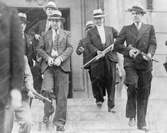 Handcuffed and shackled, American Gangster 'Machine Gun Kelly is escorted from court under heavy guard in 1933 Isadora Duncan, Machine Gun Kelly, Robert Doisneau, Real Gangster, Gangster Style, Mafia Gangster, Italian Gangster, Public Enemies, Play